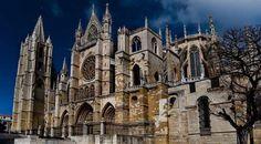 Hoy en nuestra sección de historias curiosas tenemos a la impresionante Catedral de León, ¡vamos a aprender más sobre ella!
