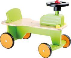 Deze ride-on speelgoed is puur genieten voor de tractor fans. Met de kleine toeter op het stuurwiel kan de bestuurder de grote tractoren die zij hebben om plaats te maken te waarschuwen! De stevige constructie van de houten trekker zorgt voor vele uren plezier en de rubberen banden betekenen dat de tractor rijdt rustig over de vloer.