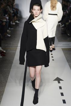 https://www.vogue.com/fashion-shows/fall-2017-ready-to-wear/sportmax/slideshow/collection