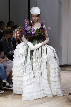 La mariée du défilé Yohji Yamamoto printemps-été 2015 http://www.vogue.fr/mariage/tendances/diaporama/les-robes-blanches-de-la-fashion-week-printemps-ete-2015/20602/image/1101988#!la-mariee-du-defile-yohji-yamamoto-printemps-ete-2015