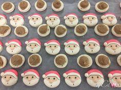 Macaron Père Noël, la star de nos modèles ! 3 couleurs et deux reliefs, le nez et le pompon du bonnet. Ganache épices de Noël et spéculoos. Macarons, Collections, Cookies, Desserts, Food, Colors, Crack Crackers, Tailgate Desserts, Deserts