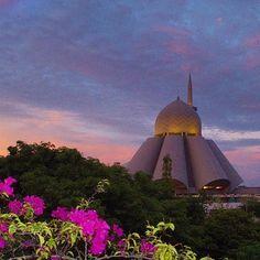The futuristic-looking An Nur Jamek in Labuan, Beautiful Mosques, Islamic Architecture, Borneo, Kuala Lumpur, Futuristic, Taj Mahal, Around The Worlds, Victoria
