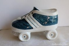 RARA HUCHA ZAPATO BAMBO PATIN ZAPATILLA PORCELANA PORTUGAL , IDEAL COMERCIOS CAlZADOS INFANTILES Portugal, Baby Shoes, Zapatos, Piggy Bank, Porcelain, Over Knee Socks, Baby Boy Shoes, Kid Shoes