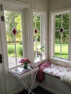 Bilder från Värmland | www.allmoge.se Cottage Porch, Home Porch, Porch Garden, Cottage Style, Conservatory Interiors, Small Porch Decorating, Swedish Decor, Small Porches, Window Design