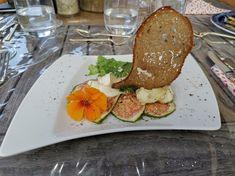 Ziegencamembert mit Feigencarpaccio auf Salat mit gebähtem Brotsegel Tapas, Peasant Bread, Figs