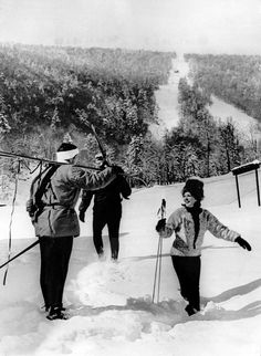 May Skiers enjoying a snowfall at Killington in Vermont. Vermont Skiing, Snow Board, Nordic Skiing, Ski Decor, Skiers, Widowmaker, Ski Chalet, Vintage Ski, 1960s Fashion