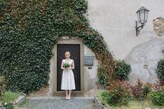 Eine Braut, ein Schlosshof, ein Bild das fasziniert. Wer diese Location für das Braut-Shooting sucht, der wird im Weinviertel in Niederösterreich fündig. Das Schlosshotel Mailberg bietet nicht nur besondere Orte für Fotoaufnahmen, sondern auch den Platz, um den schönsten Tag im Leben zu feiern. Alle Informationen zu dieser Hochzeitslocation gibt es hier: http://hochzeits-location.info/hochzeitslocation/schlosshotel-mailberg