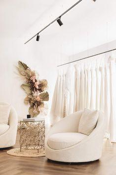 Showroom Interior Design, Showroom Ideas, Boutique Interior Design, Bridal Boutique Interior, Boutique Decor, Schönheitssalon Design, Retail Store Design, Store Interiors, Room Inspiration