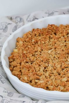 apple crisp The ultimate apple crumble recipe. a sweet apple filling with a crunchy oat topping. Serve with ice-cream for the perfect winter dessert. Apple Crisp Recipes, Oats Recipes, Sweet Recipes, Baking Recipes, Dessert Recipes, Recipies, Apple Crumble With Oats, Pie Crumble, Recipe For Apple Crumble