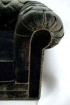 """Диван """"Честер"""" Новый диван, выполненный в английском стиле. Обивочная ткань - велюр с повышенной износоустойчивостью 120 тыс. циклов. Изготовлен из экологически чистых материалов: сосновый брус, фанера, бук. Выполнен в единственном экземпляре  Габариты: 2200*1050*850 мм"""