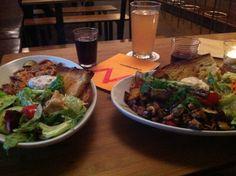 Köstliche Salate, die nicht nur im Sommer gut schmecken, gibt es in der Cooperativa. empfohlen von www.hip-hit-hurra.de