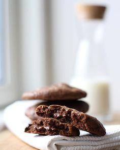 """Det er da helt """"ærgerligt"""", at jeg er alene hjemme og at der nok ikke er en krumme tilbage, når familien kommer hjem😁🙈 . . 24 Nutellacookies senere... . . Nej, bare rolig, jeg har kun spist 3, men de er sørme gode😋🧡 Mørk chokolade, hasselnødder og en kugle Nutella i midten👌🏻 . . #bagvrk #nutella #nutellacookies #cookies #bagværkbagtmednærvær #bagværk #fynskeinfluencers #kagemel #finaxdk #bageglæde #cookieoftheday #foodfluffer #instacookies Nutella, Cereal, Almond, Kugle, Cookies, Breakfast, Desserts, Food, Baking Soda"""