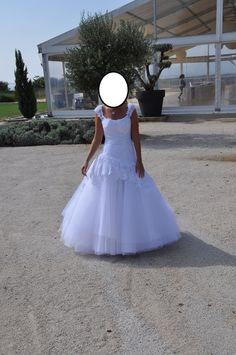 Robe de mariée en dentelle de Calais    Marque: cymbeline  année: 2014  Couleur: blanche  Taille :38 (je fais 1,63m)  Prix d'achat : 3000€     En très bon état. Vendu avec jupon. Possibilité de la porter sans le manteau de dentelle afin d'avoir une robe b