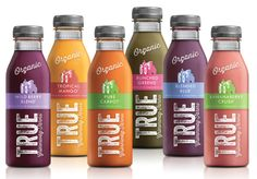 Les fonctions: techniques: C'est un format de bouteille qui se transporte assez facilement.  La grosseur du bouchon, en revanche, peut être un problème: boire sans en renverser sur soi. Cependant, l'emballage plastique n'est pas très écologique. Communication: Notre regard est attiré d'abord par le « TRUE ». Cela rassure le consommateur qui peut instantanément penser à un produit bio. La couleur, représentant le fruit/légume utilisé, est en accord avec les recommandations de manger sainement