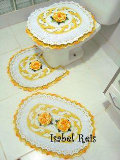 Jogo de banheiro contendo 4 peças: 1 tapete de pia, 1 tapete de vaso, 1 tampa de vaso. Feito com barbante número 6 nas cores branco e amarelo. O barbante já foi testado e não mancha. Brinde: 4 porta copos, sem escolha de cor.