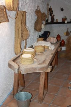 Utensilios para hacer queso. Cheese Art, Cheese Bread, Wine Cheese, Goat Cheese, Cheese Store, Fromage Cheese, Root Cellar, Homemade Cheese, How To Make Cheese