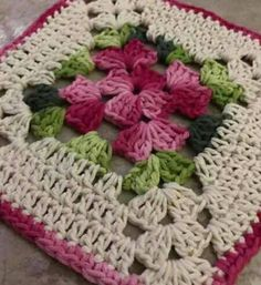 Granny square with interesting color combination crochet grannysquare grannythrow blanket afghan Point Granny Au Crochet, Crochet Flower Squares, Crochet Motifs, Crochet Blocks, Granny Square Crochet Pattern, Crochet Flower Patterns, Crochet Flowers, Free Crochet, Knitting Patterns