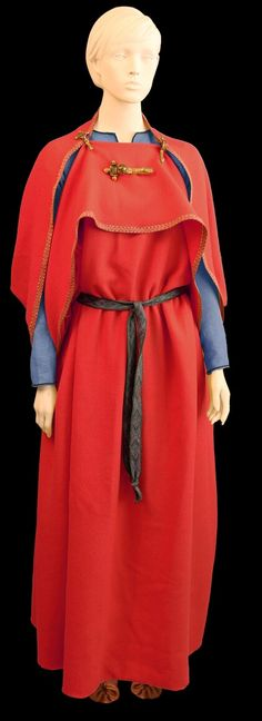 Iron Age womens garment called a peplos, or chiton (pronounced 'ki-ton'). This was the most common attire for women, found over the entirety of ancient pre-Roman Europe, from Britain to Greece. The shoulders are pinned together with fibula, while another ornamental fibula pinned to the front gives the fabric weight, keeping it out of the way. You can see how this outfit would evolve into the Scandinavian Viking 'hangerok' or 'spitti' as it was later known.