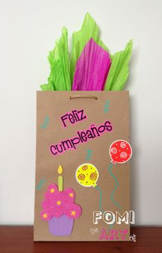 Bolsa Feliz Cumpleaños decorada con fomi Baby Gift Wrapping, Gift Wraping, Creative Gift Wrapping, Creative Gifts, Homemade Gift Bags, Decorated Gift Bags, Birthday Gift Bags, Diy And Crafts, Paper Crafts
