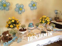 Mesa para chá de bebê de menino, amarelo, branco e azul.
