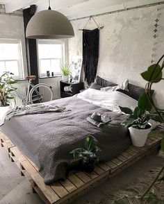 Minimalist Bedroom Design for Modern Home Decor - Pallet Decor Ideas which you can easily build. Pallet Decor Ideas projects with pallets is there are so many different type of items. Industrial Bedroom Design, Cheap Home Decor, Home Decor, Cheap Bedroom Makeover, Room Inspiration, Stylish Bedroom, Stylish Bedroom Design, Small Bedroom, Bedroom Decor