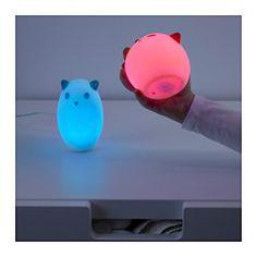 LED-pærer gir supre nattlys, særlig siden de varer opptil 25 000 timer. Barna dine vil mest sannsynlig slutte å være mørkredde lenge før den slutter å virke. Slå lampen av og på ved å trykke på spøkelsets hode. Perfekt til å skremme små nattmonstre bort.