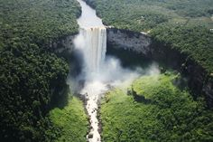This unique fall is one f the most breathtaking in the world! The Kaieteur Waterfall is in the Potaro River in central Guyana, within the nacional park of the same name. Its peculiarity lies in the unique combination of magnitudes between the height (226-251 m) and width (100 m) with a huge volume of water. Besides the main waterfall the attraction also has a series of steep and smaller cascades.