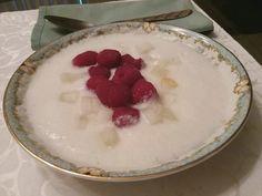 Caldo de melão picado, batido puro servido com framboesas e melão picado.