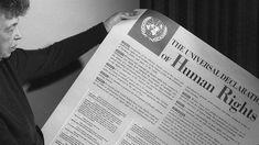 """schwarz-weiß Aufnahme einer älteren Frau, die eine Zeitung mit der Überschrift """"Human Rights"""" in der Hand hält.   Bildquelle: imago Personalized Items, Philosophy, History Of Human Rights, United Nations, Annual Reports, Bill Of Rights, Pretty Words, Newspaper, Peace"""
