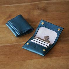 [送料無料] 手縫いの小さな財布  マイクロウォレットCA 財布・二つ折り財布 アルチザンファクトリー 通販 Creema(クリーマ) ハンドメイド・手作り・クラフト作品の販売サイト Leather Craft, Card Case, Leather Wallet, Cards, Handmade, Creema, Wallets, Leather, Leather Crafts