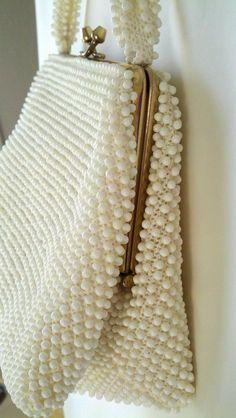 Corde Bead Vintage Purse.  Obs de JuRicardo - essa bolsa era artesanal e foi muito usada nos anos 50 e 60. Era feita de diversos tamanhos e formatos assim como as contas tbm variavam bastante de cor.