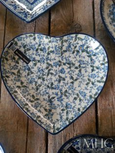 Prachtige motiefen en zeg nou zelf, wie wil nu niet dit prachtige hartje van Bunzlau Castle Blue And White China, Love Blue, My Favorite Color, My Favorite Things, Polish Folk Art, Key To My Heart, Polish Pottery, Glass Dishes, White Porcelain