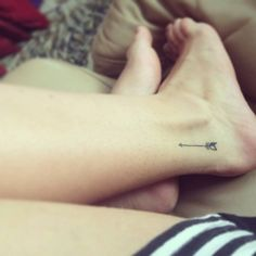 Ankle tattoo of an arrow on Weowrenay.