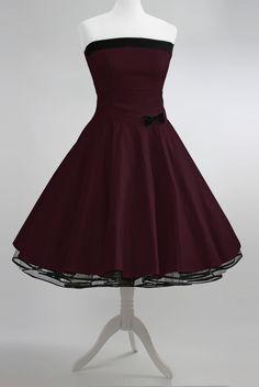 """""""Vivi"""" ist ein in liebevoller Handarbeit angefertigtes bordeaux-farbenes Baumwollkleid. Das Kleid passt sich durch seine Rücken-Schnürung perfekt der Figur an. Seitlich ist auf Hüfthöhe eine süße..."""