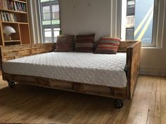 60 Stunning DIY Projects Pallet Sofa Design Ideas – Home Decoration Pallet Daybed, Sofa Daybed, Diy Daybed, Diy Pallet Bed, Pallet Furniture, Daybed Ideas, Furniture Vintage, Plywood Furniture, Queen Daybed Frame