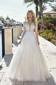 Trouwjurk Demetrios 1027 418002 Prinsessen Trouwjurk Ladybird Bruidsmode One of the most romantic gowns in the collection, this boho wedding dress from designer Stella York is. Royal Wedding Gowns, Couture Wedding Gowns, Luxury Wedding Dress, Wedding Dresses Photos, Elegant Wedding Dress, Wedding Dress Styles, Bridal Dresses, Tulle Wedding, Princess Wedding