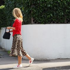 The Leopard Trend is here to stay for Need a little help on how to wear this look? I rounded up the best outfits for inspiration. Printed Skirt Outfit, Leopard Skirt Outfit, Leopard Print Outfits, Leopard Print Cardigan, Midi Skirt Outfit, Leopard Print Skirt, Printed Skirts, Skirt Outfits, Chic Outfits