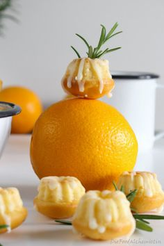 Orangen Rosmarin Gugls Orange with a view of rosemary . what can be in such small jugs . Simple Muffin Recipe, Healthy Muffin Recipes, Healthy Muffins, Easy Cake Recipes, Keto Recipes, Juice Recipes, Drink Recipes, Cranberry Orange Cake, Orange Bundt Cake
