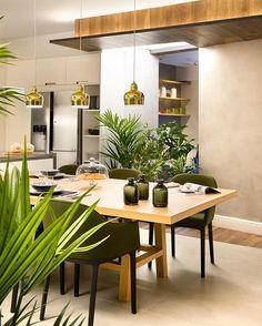 Lo que alargaríamos nosotros las sobremesas en un comedor como este!  Otra preciosa imagen del último proyecto de @egueyseta con algunas de nuestras piezas  Nos tiene el corazón robado! #Vitra #ShoftShell #chair #Artek #AlvarAalto #A330SLamp #DomésticoShop #design #interiordesign #interiordesigner #interiordecor #interiorarchitecture #homestyle #theartofslowliving #seekthesimplicity #designinspiration #lightdesign #gold #urbanjunglebloggers