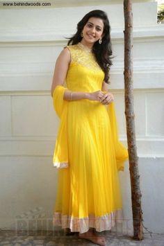Gorgeous Rakul Preet Singh Smile, Style, Wallpaper, photoshoot, etc. Beautiful Girl Indian, Most Beautiful Indian Actress, Rakul Preet Singh Saree, Beautiful Bollywood Actress, Indian Beauty Saree, South Indian Actress, Mellow Yellow, Indian Girls, Indian Dresses