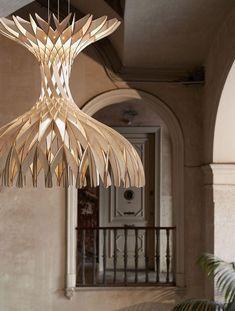 Luminária montada com 170 pedaços de madeira