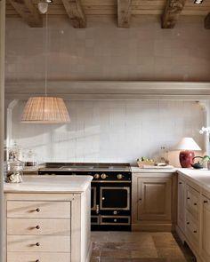 Timeless kitchen - Timeless Kitchens 11 Kitchens With Stained Cabinets – Timeless kitchen Kitchen Interior, New Kitchen, Kitchen Dining, Kitchen Decor, Interior Livingroom, Kitchen Slab, Kitchen Ideas, Compact Kitchen, French Kitchen
