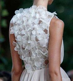 Vestidos de novia con flores en la espalda, el detalle perfecto para un look romántico [FOTOS] - Flores 3D de tul bordado