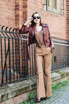 How to wear burgundy pumps like a pro Burgundy Leather Jacket, Burgundy Pumps, Leather Jacket Outfits, Cute Spring Outfits, Fall Winter Outfits, Camel Pants Outfit, Khaki Pants, Sophisticated Outfits, Stylish Outfits