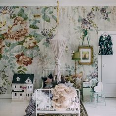 Whimsical girls bedroom with large scale floral wallpaper and white iron frame bed. Vintage Girls Rooms, Vintage Room, Vintage Crib, Girls Bedroom, Bedroom Decor, Bedroom Ideas, Garden Bedroom, Ideas Habitaciones, Floral Bedroom