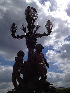 Estatuas sobre puente sobre el rio Sena de París