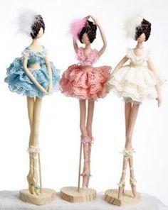 Hoy traigo otra muñeca bailarina, esta vez, el patrón viene para que puedas alternar las poses de la muñecas y hagas la que mas te guste, e incluso puedes hacer varias muñecas con poses diferentes como en la imagen, preciosas y muy originales estas maravillosas bailarinas. Patrón de