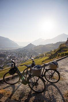 Mit dem E-Bike durch die Rebberge bei Sion. Ein Ausflugstipp für die Schweizi Zermatt, Wallis, Skiing, Beautiful Landscapes, Road Trip Destinations