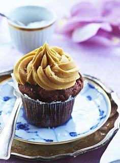 Der opstår sød musik, når chokolade og saltet karamel mødes. Disse chokoladecupcakes er pyntet med saltet karamelcreme og smager helt sikkert af et stykke mere. Find opskriften her!