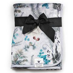 ELODIE DETAILS плед Forest Flora    Плед Elodie Details выполнен из бархатного флисаPearl Velvet.Материал нового поколения пленяет своей нежностью и теплотой. Малыш с удовольствием закутается в него во время прогулки или будет обнимать, как любимого мишку во время сна.Pearl Velvet имеет влагоизоляционные особенности, необходимые для детских одеял.Плед можно брать с собой на прогулку, укрывать малыша в коляске или просто накинуть на плечи во время пикника. Высокое качество материала…